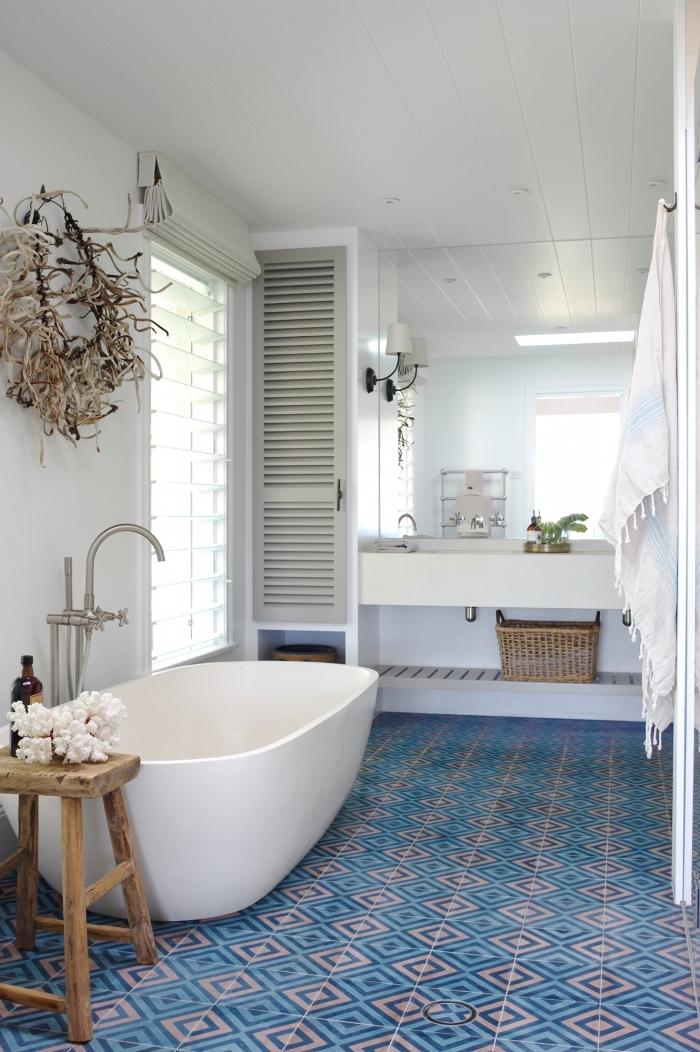 modèle de petite salle de bain blanche avec plancher bleu, idée décoration avec meuble bois flotté et accessoires bois