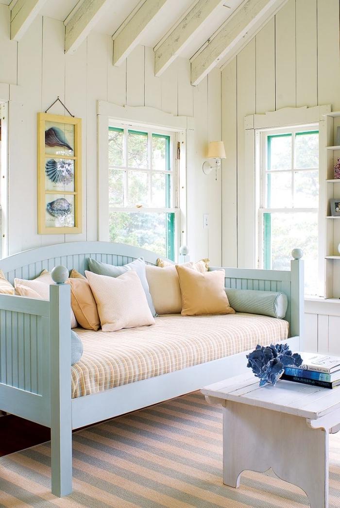 pièce blanche au parquet foncé avec meuble bois vintage, idée décoration murale de style océan avec cadre photo motifs aquatiques