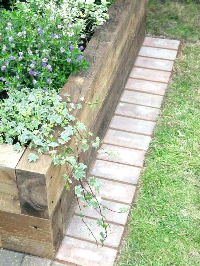 amenagement jardin style naturel, bordure en briques et en traverses de chemin de fer, pelouse verte, parterre de petites fleurs