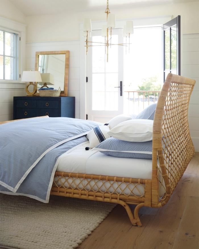 decoration marine dans une chambre à coucher minimaliste aux murs blancs et plancher bois, exemple armoire de couleur bleu marine