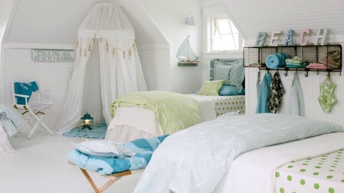 décoration marine dans une chambre d'enfant blanche, idée objets d'esprit marine en couleur vert marine et nuances de bleu