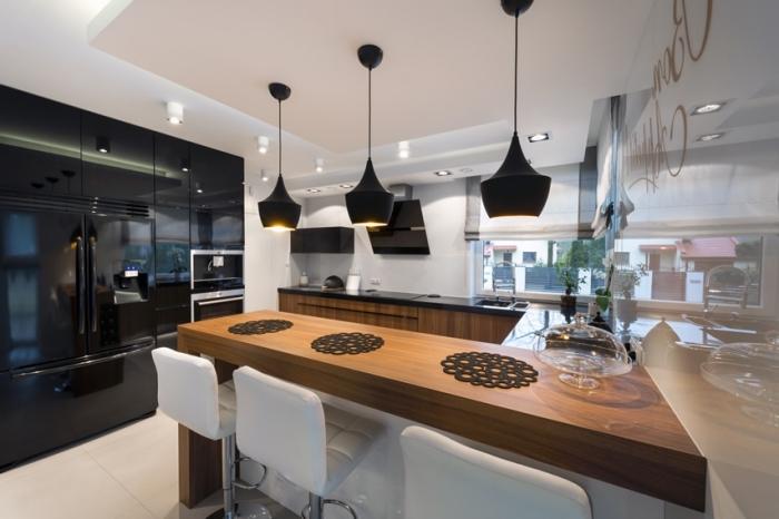 décoration de cuisine en blanc et noir avec accents en bois foncé, implantation cuisine en forme U avec îlot bois