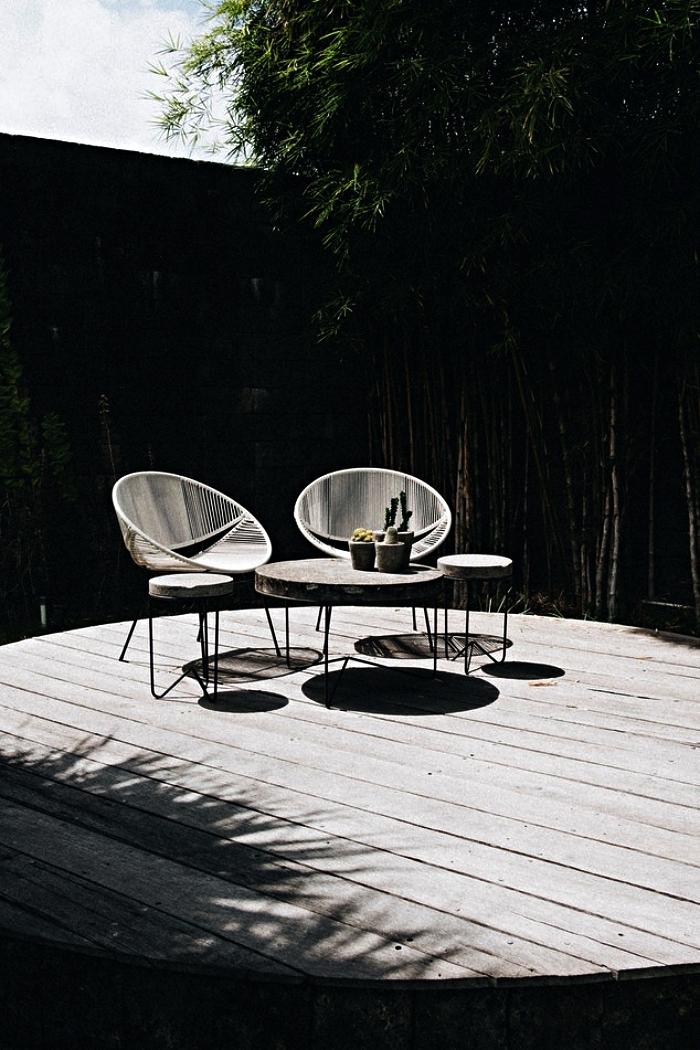 salon de jardin moderne de fauteuils acapulco assortis avec une petite table de jardin rond en béton au piétement métallique