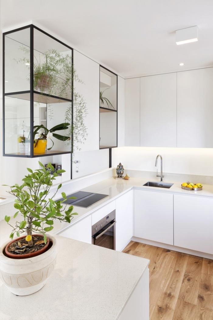 exemple de cuisine petit espace, quelle couleur pour une cuisine espace limité, exemple éclairage sous meuble