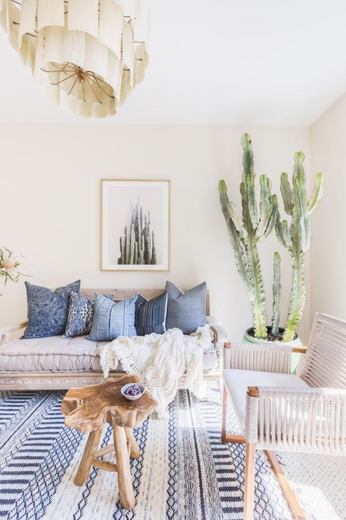 design intérieur style bohème chic avec accessoires esprit marin, modèle de tapis marin aux motifs géométriques blanc et bleu