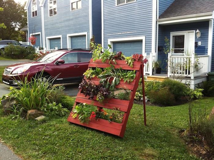 jardin vertical en bois de palette devant une maison, amenagement exterieur devant maison végétation verte