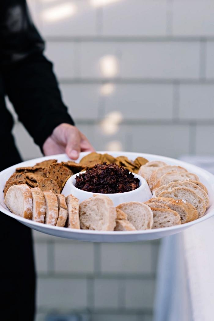 recette de tapenade d'olives et de figues avec tartines, idée apéro rapide et original avec dip d'olives et de figues