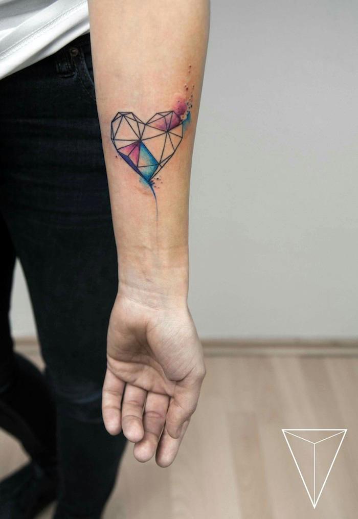 tatouage coeur géométriques avec des triangles et autres formes géométriques, nuage couleurs aquarelle