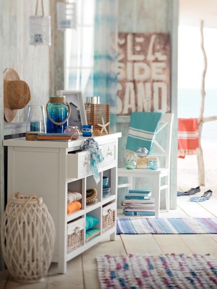 design intérieur sur thème bord de mer, modèle de tapis multicolore, objets de décoration style bord de mer