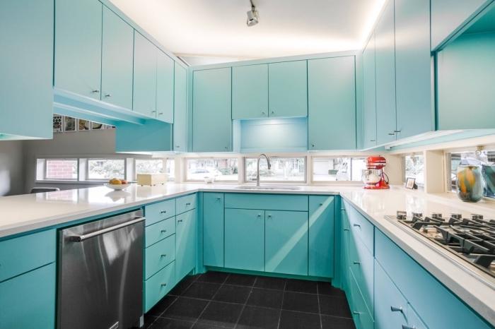 quelle couleur pour les armoires dans une cuisine avec fenêtres, idée agencement cuisine en forme de U sur trois murs