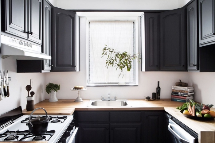modèle de cuisine blanc et noir avec comptoir bois, idée agencement de cuisine sur trois murs en forme de U