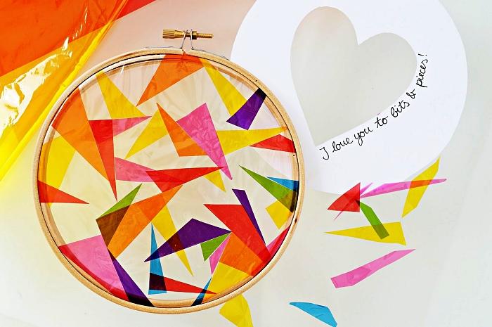 idée cadeau fête des mères à fabriquer soi-même, attrape-soleil fait-main réalisé avec un tambour à broder et du papier vitrail multicolore