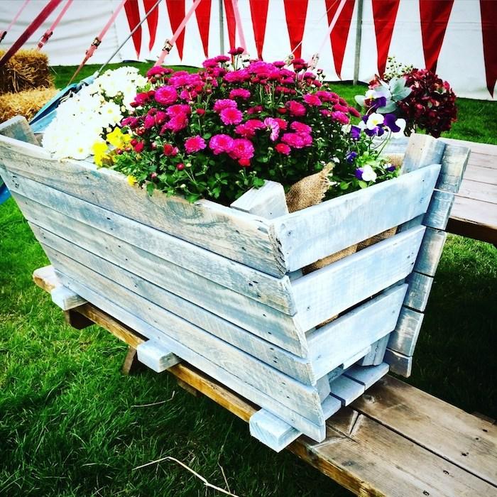 bac potager sur pied avec des fleurs colorées à l intérieur, bac à réaliser avec les lattes en palette démontées et repeintes en bleu et blanc