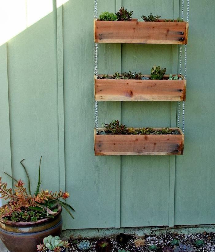 habillage mur vegetal exterieur, bacs à fleurs plantes grasses exterieur, suspensions de trois bacs en bois