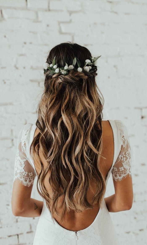 exemple de coiffure pour cheveux longs bouclés avec couronne florale, idée comment styliser ses cheveux mariage