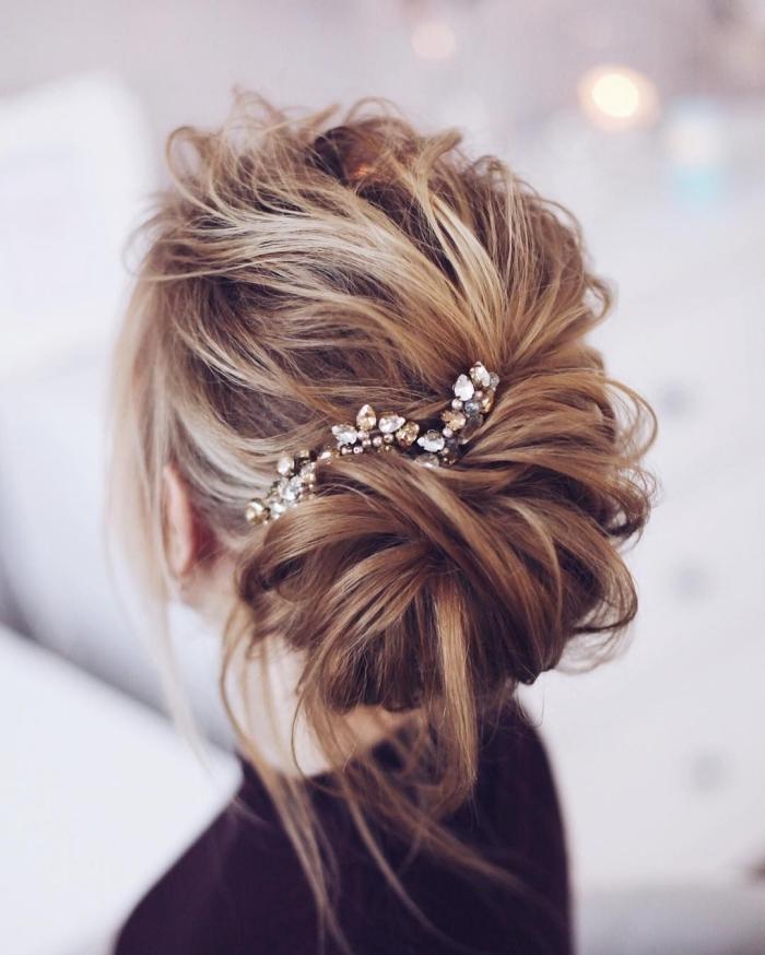coiffure cheveux attachés, comment porter ses cheveux longs mariage, idée chignon cheveux long flou et bas