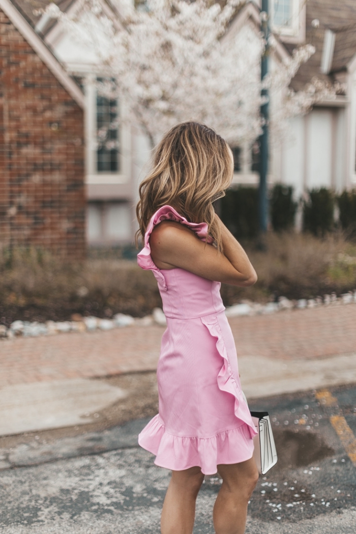 exemple de robe de soirée chic et glamour de couleur rose, quelle coiffure pour une invitée mariage aux cheveux lâchés