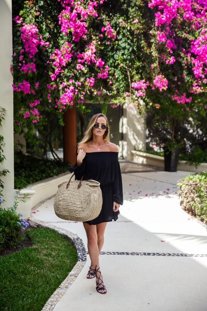 quel modèle de robe noire pour l'été, exemple de robe bohème chic col bateau avec gros sac à main tressé et sandales spartiates