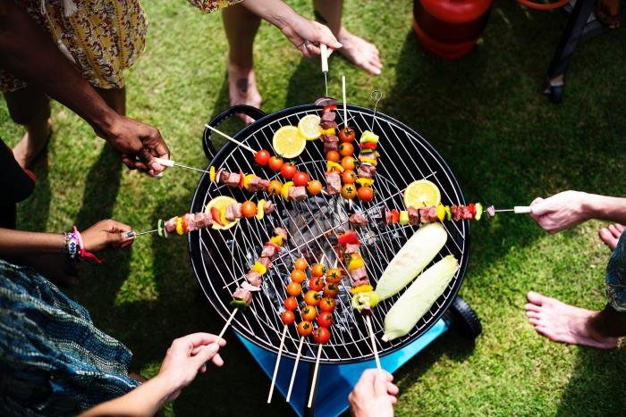 idée recette barbecue facile et rapide, comment faire des brochettes de boeuf et de légumes, organiser un party dans son jardin