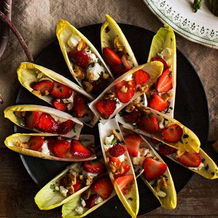 des barquettes d'endive aux fraises, fromage de chèvre et noix, recette originale de bouchées apero minute