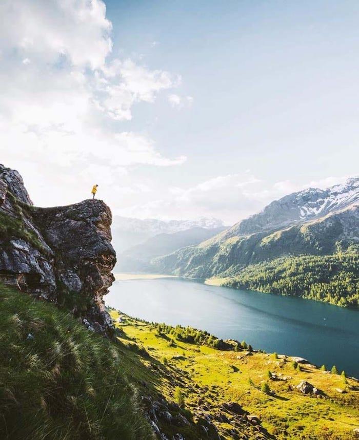Homme sur rocher, les plus beaux endroits du monde, paysage magnifique lac et montagnes, fond d écran ordinateur