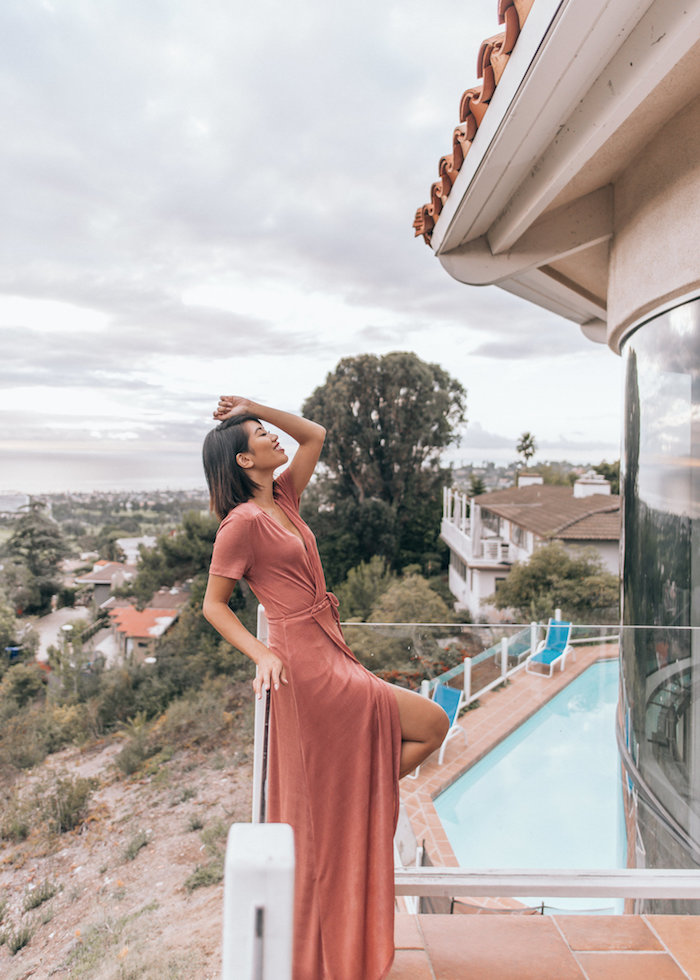 Robe longue rouge, femme au bord d'une piscine, robe longue bohème, comment s habiller pour un mariage à la plage