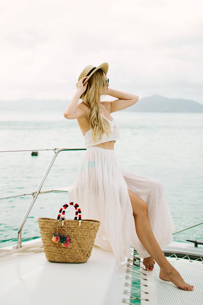 Yacht tenue blanche fleur en deux pièces, belle robe blanche longue, comment porter des robes, basket rotin