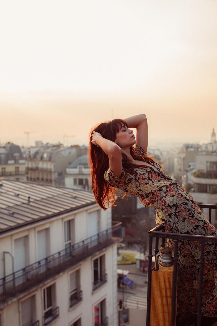 Femme chic habillée en robe vintage, coiffure à frange, les toits de Paris, robe longue ete, robe de plage bohème chic, robe ethnique