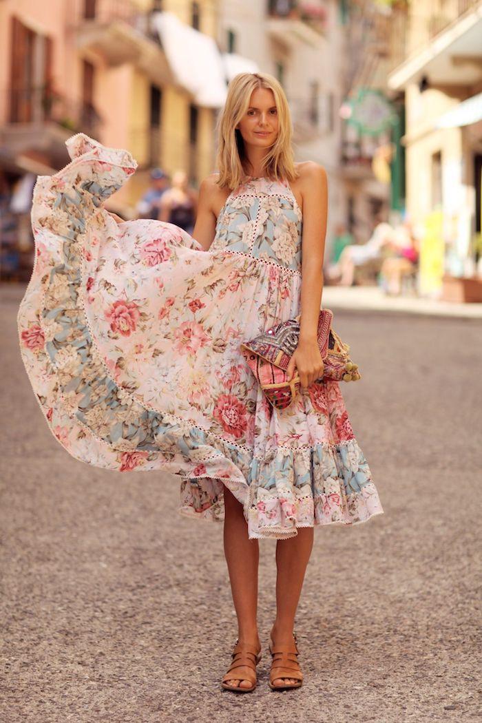 Magnifique robe fleurie, sandales plates, cheveux blonds coupe mi-longue, robe ethnique, se sentir confortable dans ses vêtements
