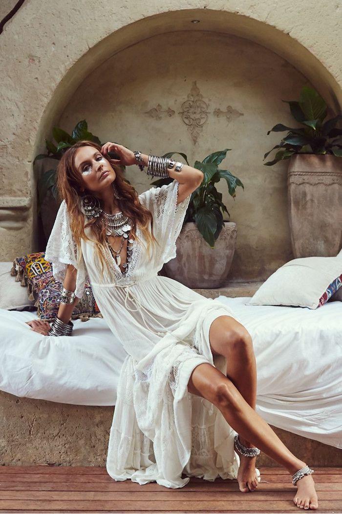 Belle femme en robe blanche longue, tenue bohème chic robe longue transparente, accessoires bohème chic