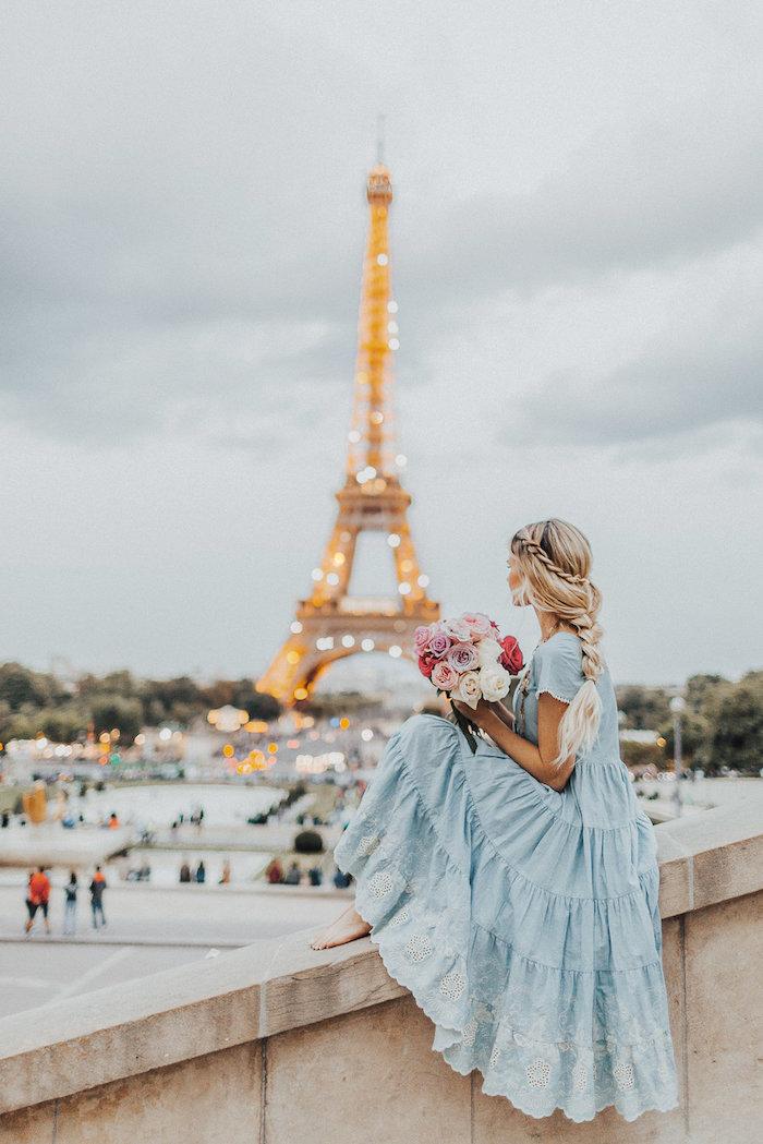 Bleue robe hippie chic romantique, robe longue bohème, femme à Paris, la tour eiffel, robe ete 2019, idée comment s'habiller, bouquet de fleur