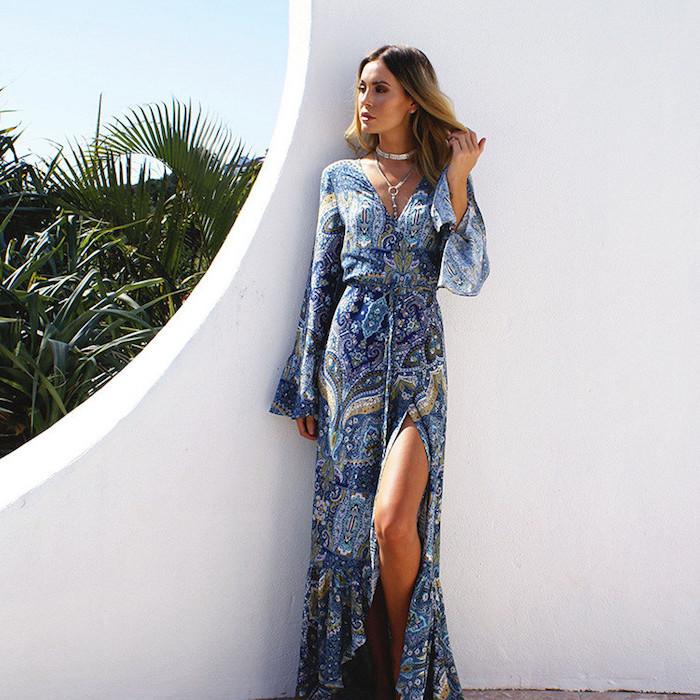 Longue robe fendue avec longues manges. bleu robe motif ethnique, robe fluide femme, robe longue bohème, image de femme en robe longue