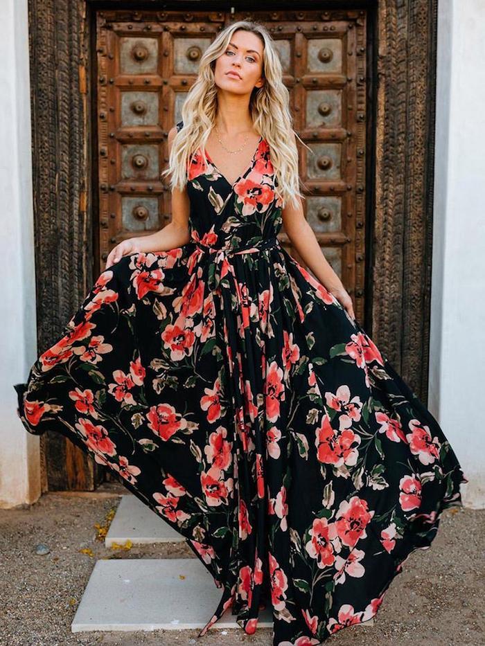 Femme blonde, coiffure bohème, robe longue à fleurs, robe blanche boheme, robe longue bohème, femme robe longue de plage