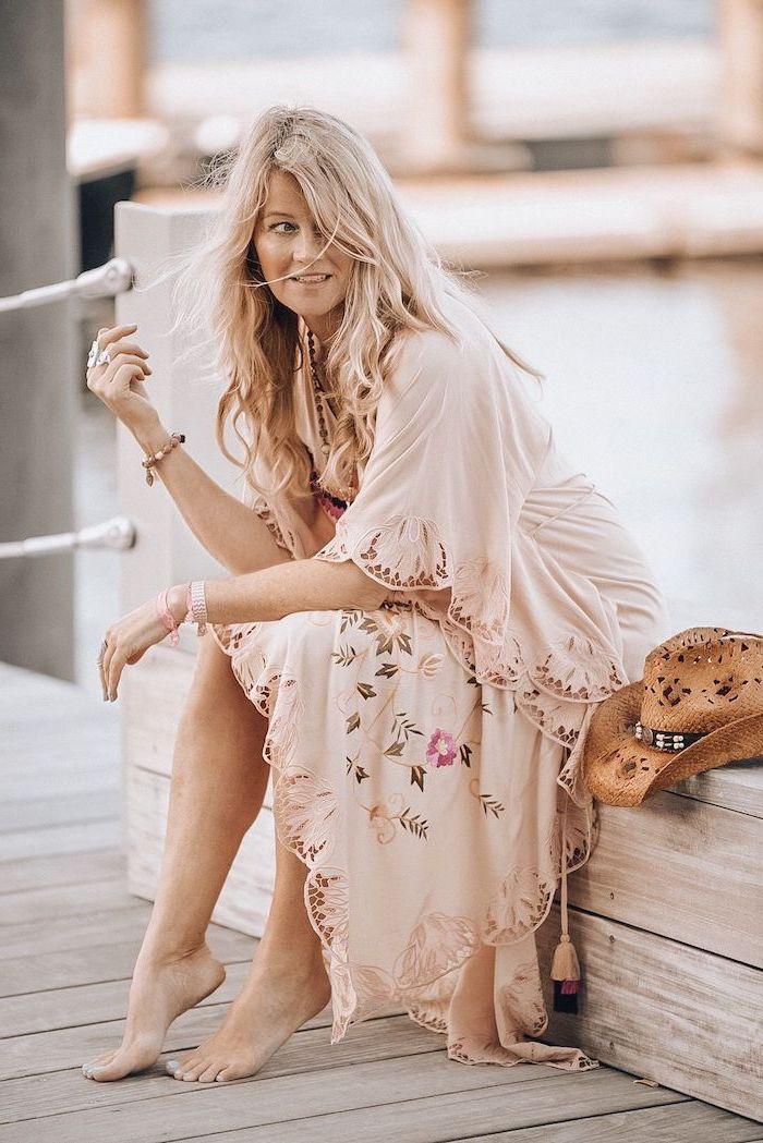 Adorable tenue, femme souriante, chapeau style rustique, robe hippie chic dentelle, robe longue bohème, photographie inspiratrice rose pale robe
