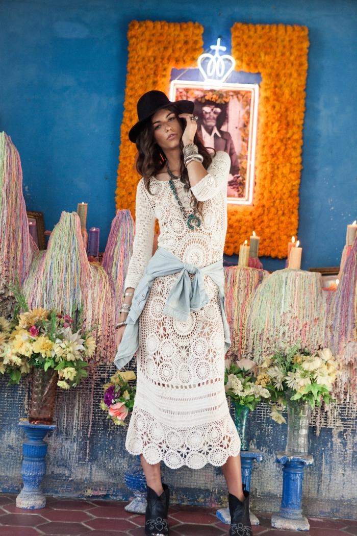 comment porter une chemise denim nouée avec robe hippie chic dentelle blanche et longue, exemple de robe droite fluide bohème