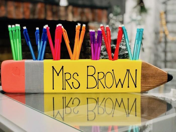 idee de pot à crayons diy à trous pour y insérer crayons et stylos à motif stylo dessiné en peinture colorée
