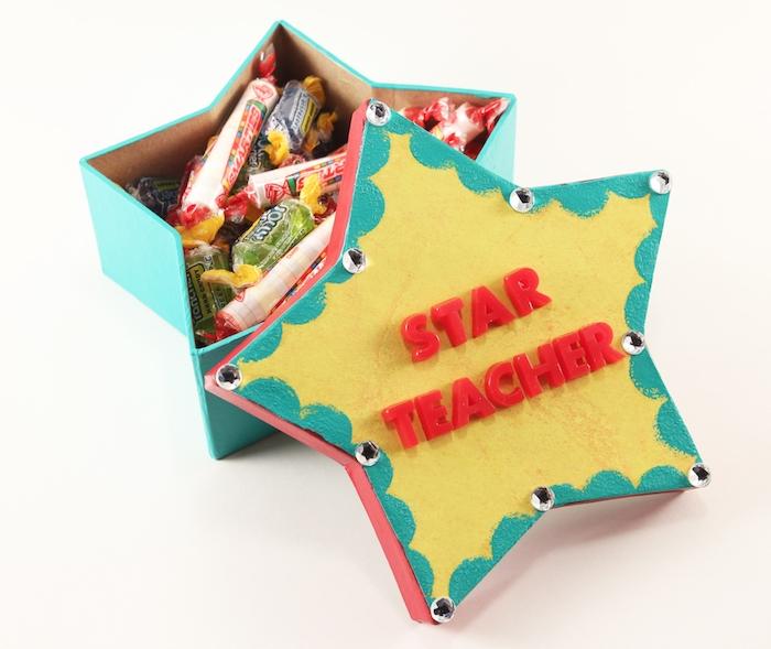 cadeau maitresse personnalisé, boîte en forme d étoile remplie de bonbons dans enveloppes colorées et des lettres rouges dessus qui disent maîtresse star