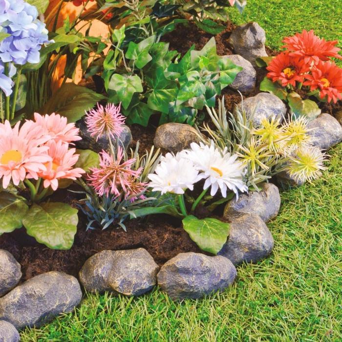 pierres décoratives de jardin, herbe, fleurs différentes couleurs, petit parterre fleuri