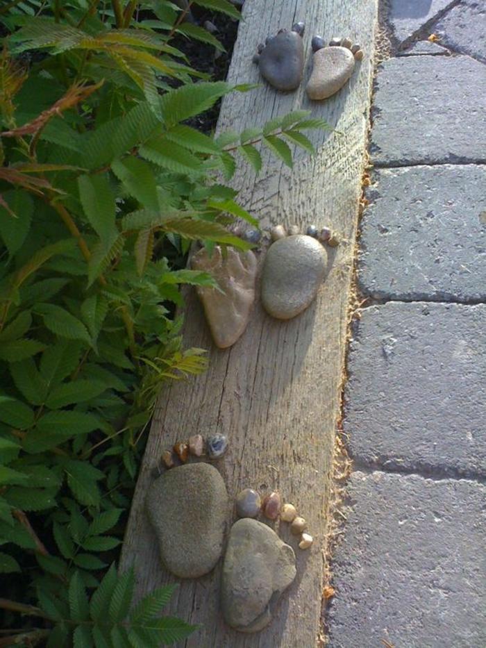 bordure de jardin en bois, déco intéressante avec galets collées au bois, parterre de plantes et allée de jardin