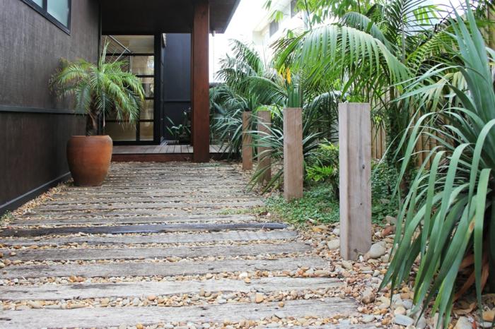 bordure bois originale, allée de jardin en bois, maison moderne, traverses de chemin de fer posées verticalement, palmiers et buis