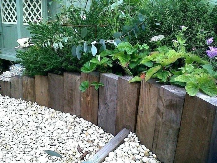 gravier décoratif, bordure en bois, tranches découpées de vieilles traverses, parterre de jardin