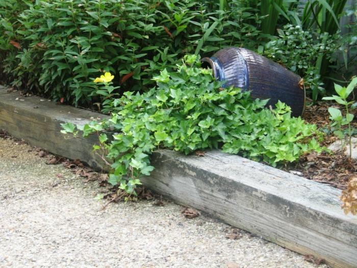 pot renversé, plantes tapissantes, bordure en béton, allée de jardin, décorer son jardin