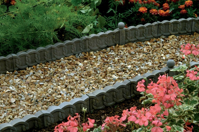 modèle de bordure jardin bricomarché, plantes fleuries roses, gravier pour allée, amenagement jardin