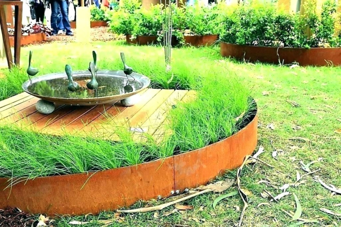 jolie bordure de jardin en métal aspect rouillé, herbe plantée en parterre rond, aménagement extérieur