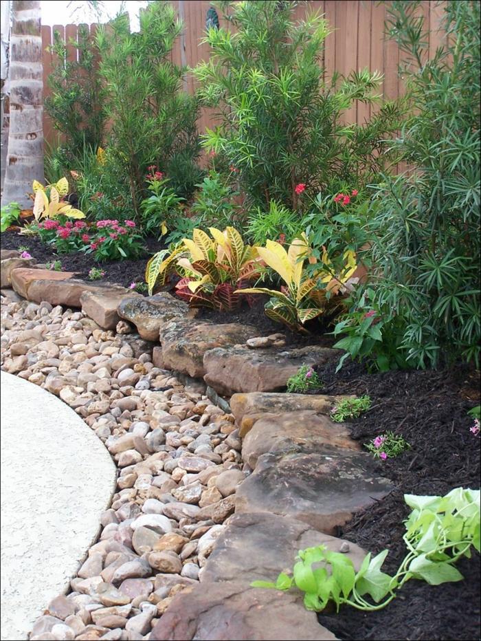 bordure jardin pierre, gravier décoratif, parterre de plantes ornementales, bordure de pierres naturelles