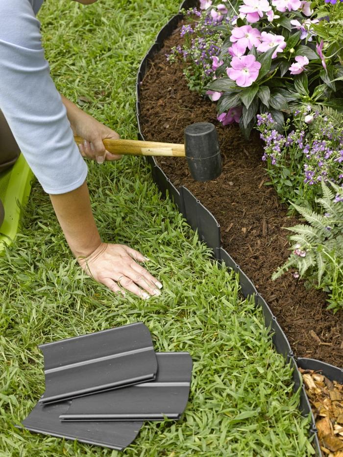 mettre soi-même une bordure de parterre en plastique, pelouse verte et parterre de fleurs