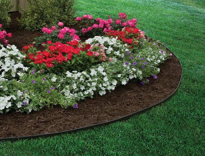 bordure à dérouler en plastique souple, jardin paysager moderne, fleurs pétunias, parterre de fleurs rond