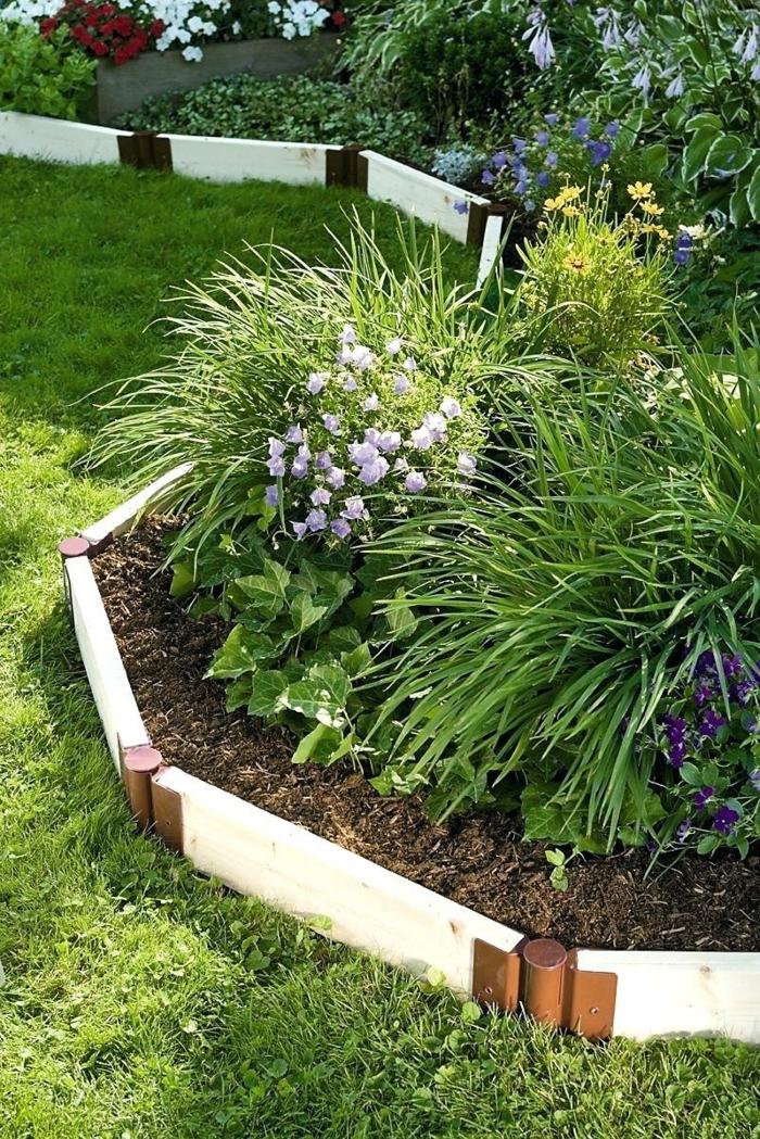 bordure blanche à installer soi-même, pelouse verte, herbes et fleurs de jardins, pétunias