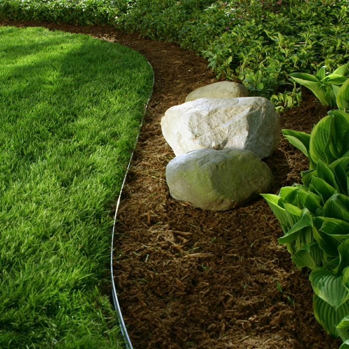 jardin paysager, trois pierres blanches, paillage de jardin, pelouse d'herbe verte, bordure jardin bricomarché