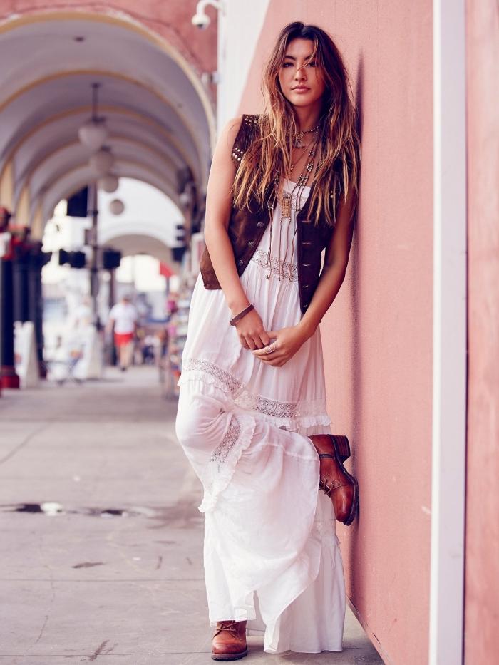 modèle de robe hippie chic dentelle blanche longue combinée avec gilet sans manches cuir marron et bottines